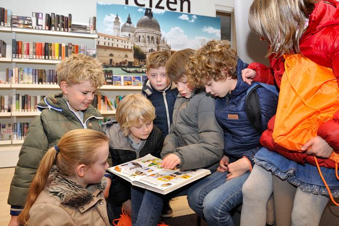 De bibliotheek in de Allemanswaard in Amerongen wordt ook veel door jonge lezers gebruikt.