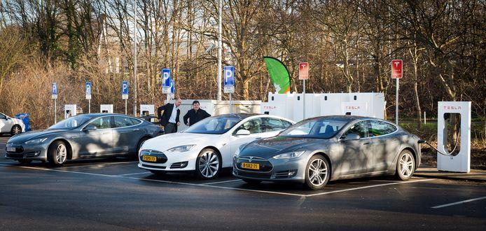 Auto's van het merk Tesla. Na tegenvallende resultaten heeft het bedrijf honderden werknemers ontslagen. Na een functioneringsgesprek kregen ze te horen dat hun diensten niet meer nodig waren.