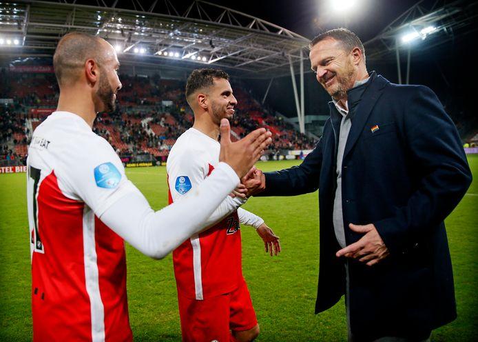 John van den Brom (r) met Sean Klaiber en Adam Maher na FC Utrecht - PSV (3-0).