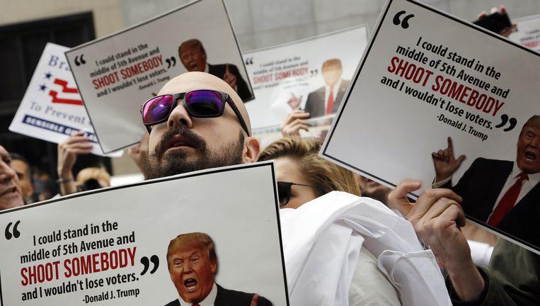 Aanhangers van wapenbeperking demonstreren voor Trump Tower in New York. Beeld AP