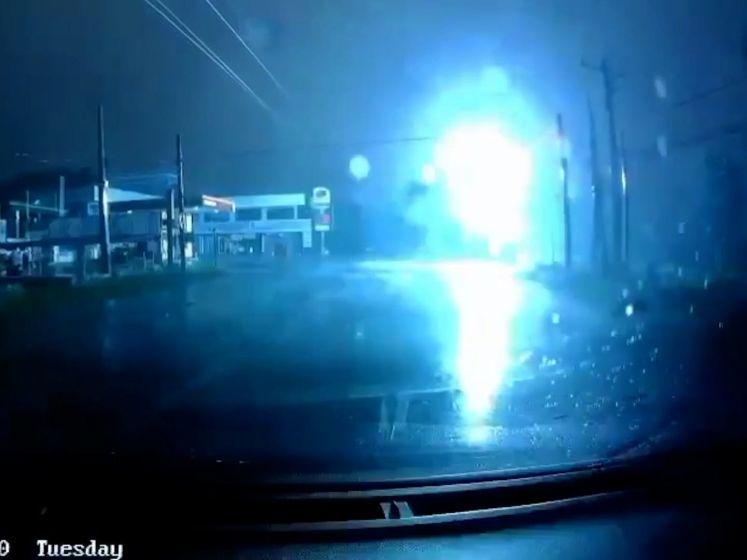 Hoogspanningskabel explodeert op enkele meters van voorbijgangers