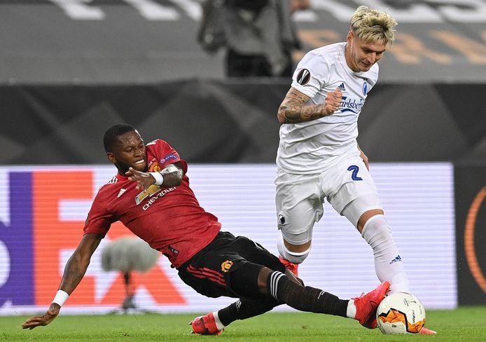 Fred zet een tackle in op Guillermo Varela van FC Kopenhagen.