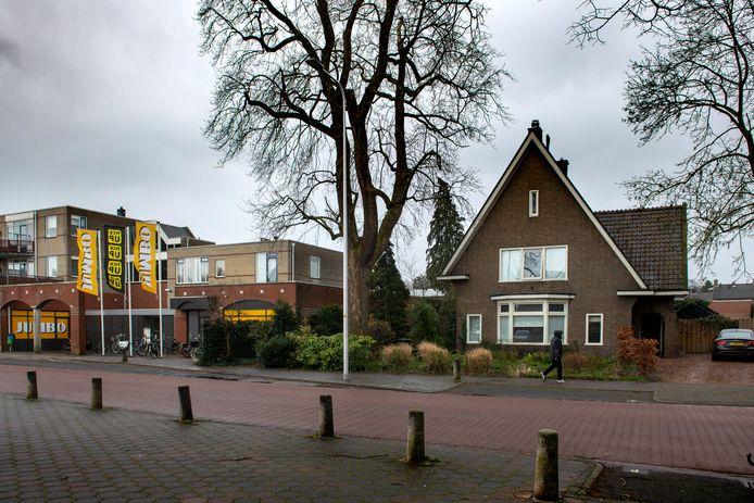 De huidige locatie van de Jumbo aan de Loenensweg. De bedoeling is dat het huis rechts wordt opgekocht om uit te kunnen breiden.