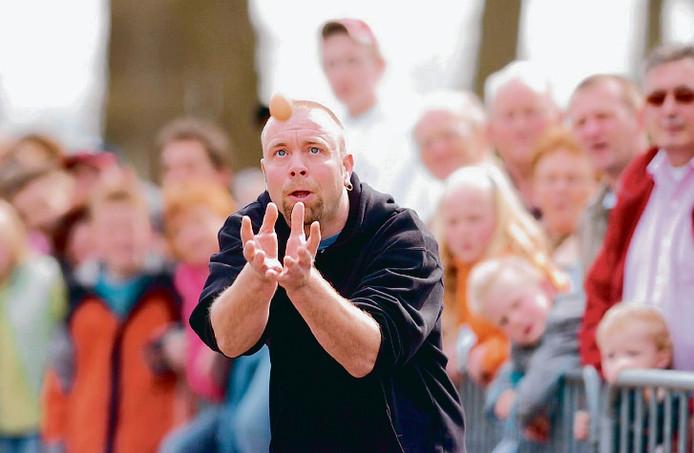 Het traditionele eieren gooien in Nieuwleusen op eerste paasdag. Archieffoto