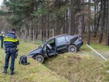 Bestuurder onder invloed van drugs verliest macht over het stuur en belandt in droge greppel
