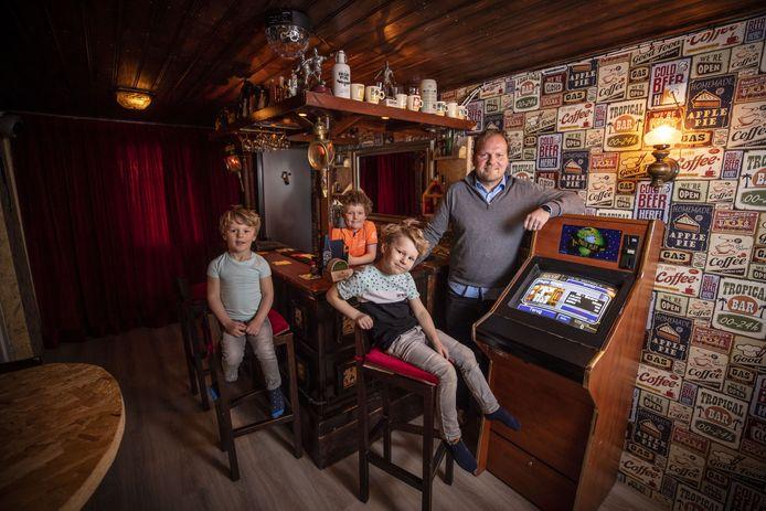 Patrick de Boer uit Oldenzaal, met zijn kinderen (vlnr) Hugo, Lucas en Sven.