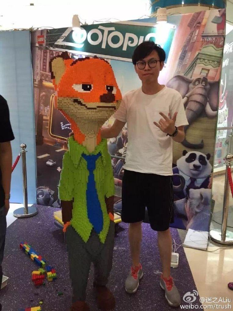 Zhao met zijn kunstwerk Nick. Beeld Weibo
