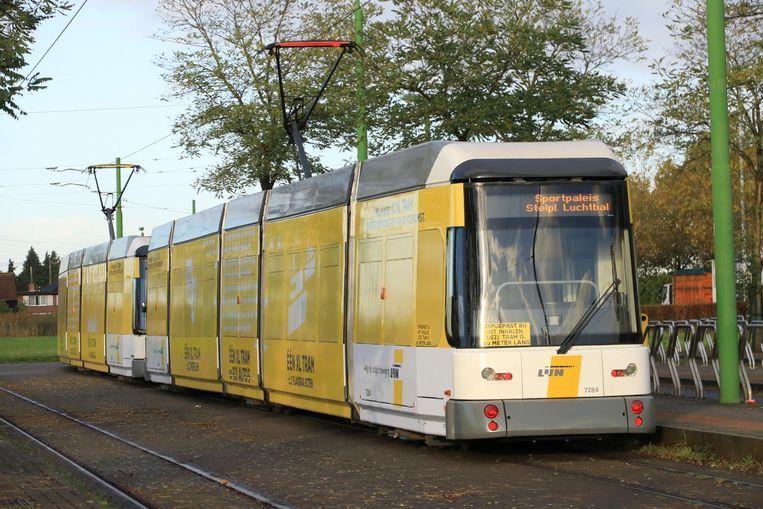 Gisteren werd de 60 meter lange XL-tram voor de eerste keer uitgetest.