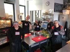 Rotterdamse jongeren maken 24 uur achtereen jam voor kerstpakketten