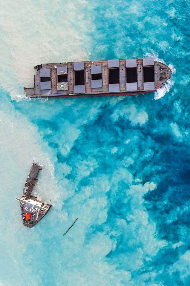 Een Japans vrachtschip lekt olie in de Indische Oceaan en bedreigt het eiland Mauritius, augustus 2020.  Beeld HH / AFP