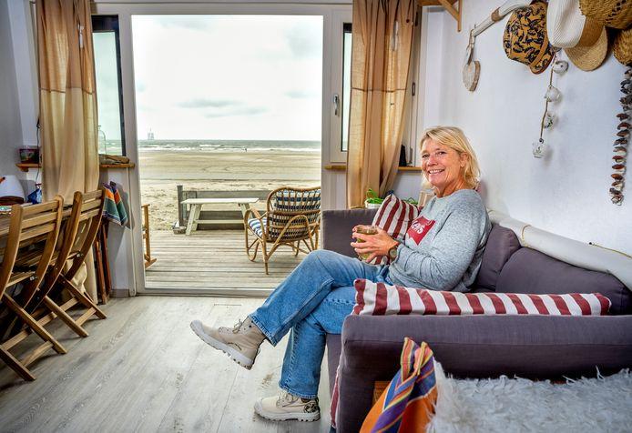 Binnenkijken; Carla van Gameren in haar strandhuisje in Hoek van Holland. Foto: Frank de Roo
