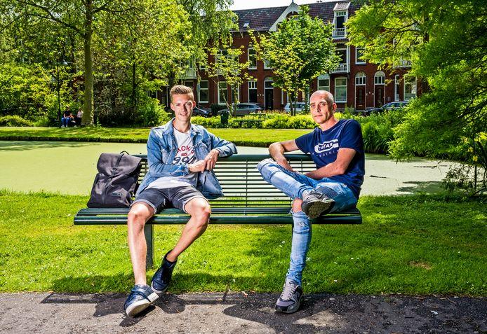 Fotografiestudent Camiel Mudde (links) en dakloze Dennis samen op een bankje in het Van Bergen IJzendoornpark in Gouda.