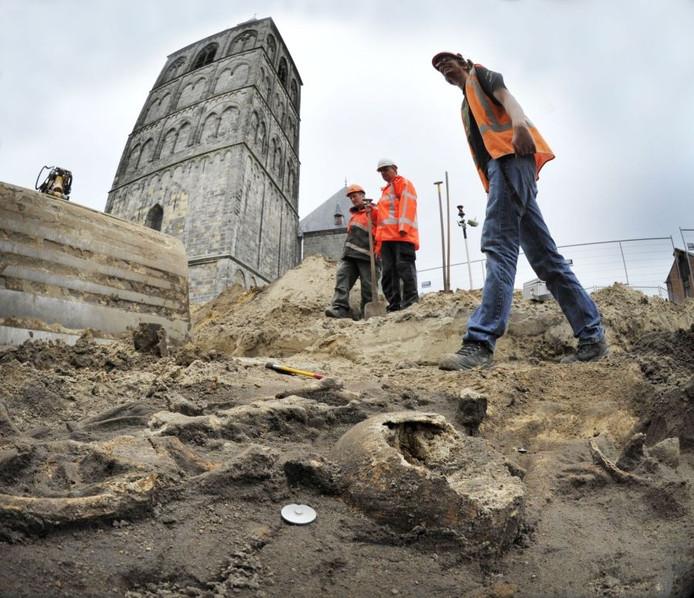 Archeologen op zoek naar skeletten. Foto: Carlo ter Ellen