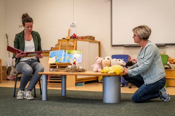 Juffen Karin van Dinter (links) en Kim Vlemmings van De Goede Herder maken filmpjes waarop ze onder meer voorlezen voor de kinderen thuis.