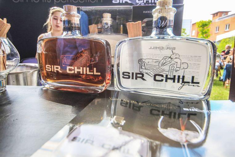 """Wie nog een fles Churchill's Gin op zijn boodschappenlijstje staan had, zal van een kale reis terugkeren. De gin heet tegenwoordig Sir Chill, een naamswijziging die de nakomelingen van Winston Churchill hebben afgedwongen. """"Maar we zien dit als iets positiefs, hoor"""", zeggen ondernemers Bart Notenbaert en Jurgen Demeulemeester."""