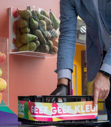 Snoeptomaatjes, komkommers en avocado's uit de eetbare bushalte aan de Karnemelkstraat