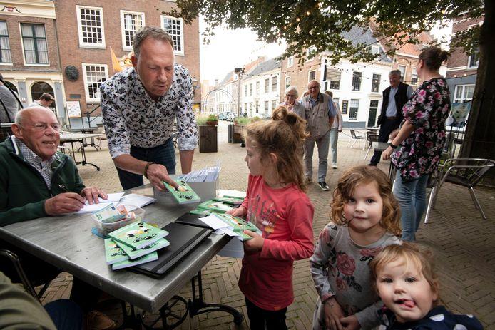 Fred Eggink signeert zijn derde bundel, Jochem van Gelder maakt Hannah, Rinske en Marije blij in Buren.