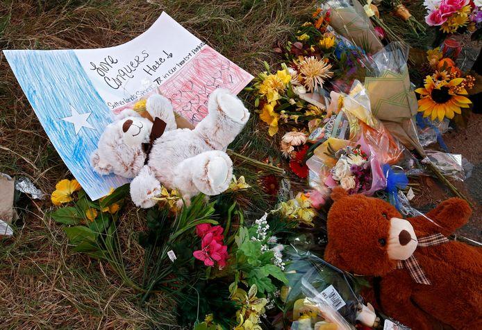Knuffels en bloemen liggen aan de kerk waar de slachtpartij plaatsvond in Sutherland Springs, Texas.
