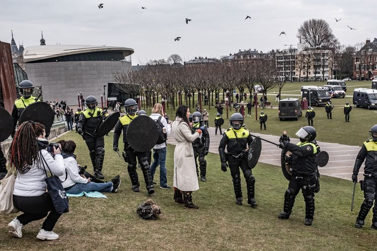 De Mobiele Eenheid (ME) moest in in actie komen op het Museumplein. Dat gebeurde nadat de Amsterdamse driehoek van politie, justitie en burgemeester een demonstratie tegen de coronamaatregelen beëindigde. Beeld Joris van Gennip