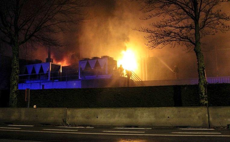 Brandweerlui gaan het vuur te lijf op het dak van het bedrijf.