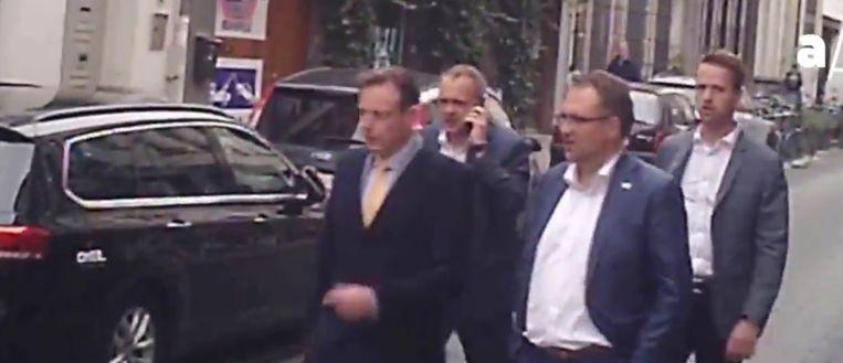 Kopstukken van N-VA, onder wie Bart De Wever, maar ook de Luikse PS op weg naar het privéverjaardagsfeest van Erik Van der Paal. Hij is vastgoedontwikkelaar bij Land Invest Group. Beeld Apache