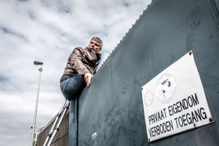 Filip De Winter klimt over de muur.