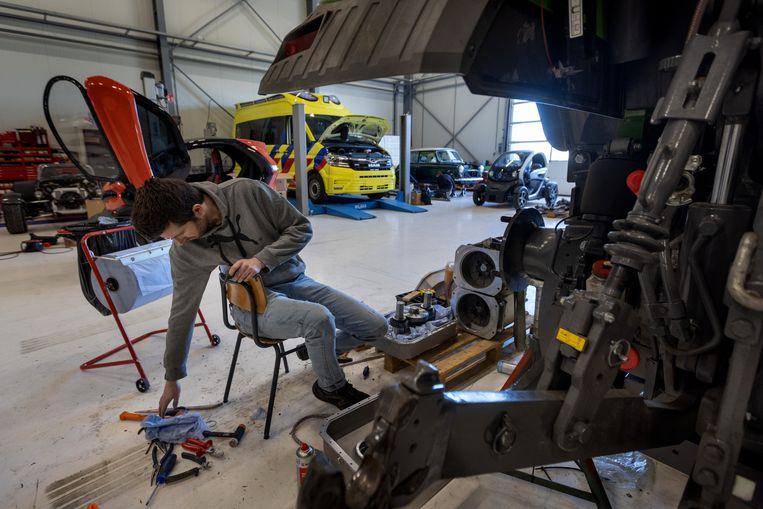 Bij New Electric in Staphorst bouwen ze ambulances om elektrische ziekenauto's. Beeld Herman Engbers