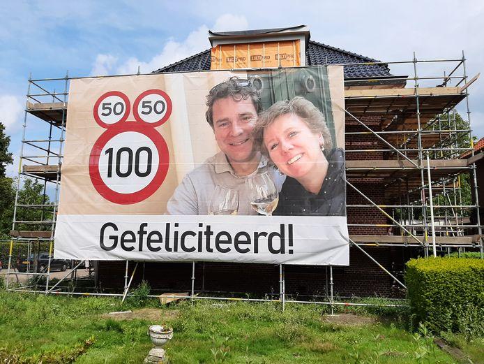 Spandoek voor het herenhuis aan de Sluiskade Noordzijde 86 in Almelo, waarmee de buren André Pluimers en Christel Koning feliciteren met hun verjaardagen.