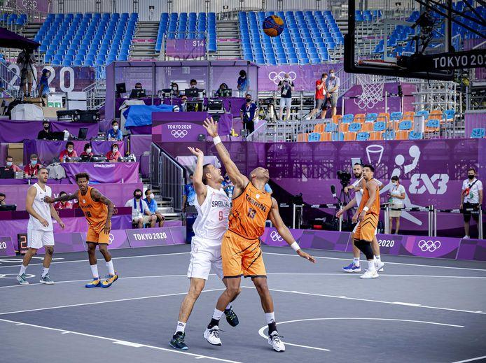 Dimeo van der Horst  van Nederland in actie tijdens de 3x3 basketbalwedstrijd tegen Servië.