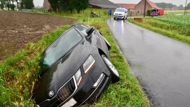 Oliespoor verrast automobilist op landelijke weg: brandweer spuit wegdek proper