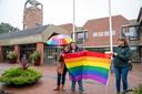 Na Hattem en Harderwijk werd op Coming Out dag ook in Ermelo de regenboogvlag gehesen. In het midden Mariëtte Raap van Village People.