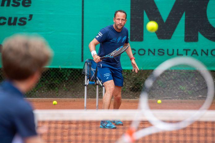 Dennis Kockx instrueert de jeugd bij tennisvereniging ALTA in Amersfoort.