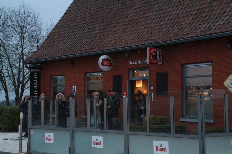 De seizoensarbeiders werden opgevangen in de nabijgelegen taverne/B&B 'Allo 'Allo.