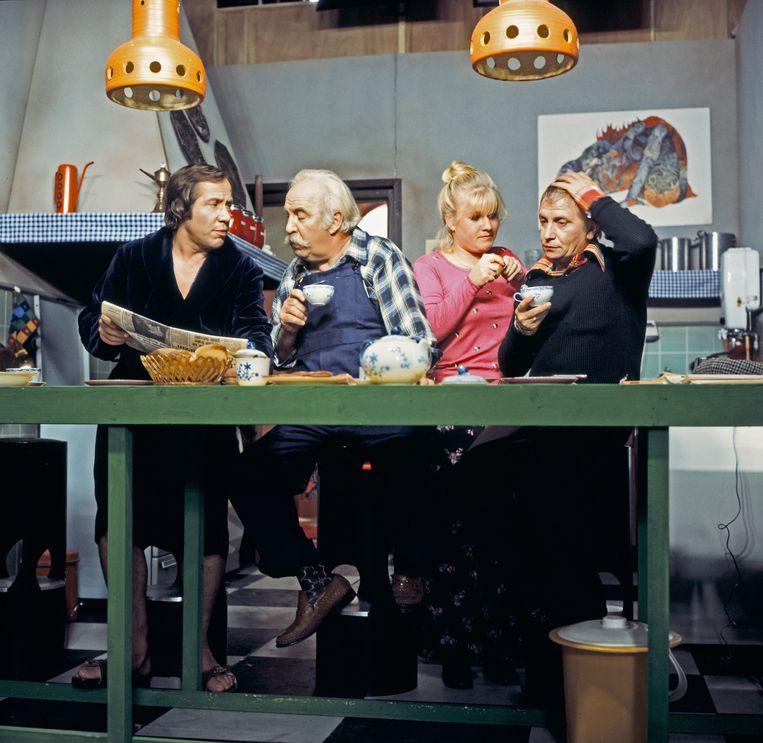 Scene uit Citroentje met suiker met Piet Römer, Lex Goudsmit, Elsje de Wijn en Leen Jongewaard.  Beeld ANP Kippa