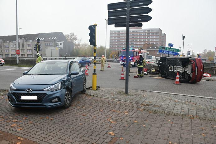 De twee wagens op het kruispunt.