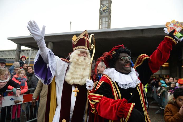 Sinterklaas treint steevast per trein naar Hengelo.