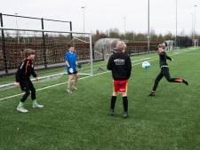 De jeugd mag weer sporten, maar rugby moet nog met een stok en hoe veilig is een tennisbal?
