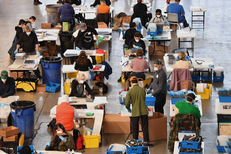 Op de scheepswerf van Brooklyn maken lokale bedrijven beschermend materiaal voor de gezondheidswerkers van New York.Het coronavirus begint grote aantallen slachtoffers te maken in de belangrijkste stad van het land.  Beeld AFP