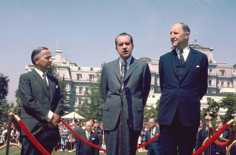 Keurig op een rijtje: Premier Piet de Jong, de Amerikaanse president Richard Nixon en minister van buitenlandse zaken Joseph Luns in 1969 in Washington. Beeld ANP
