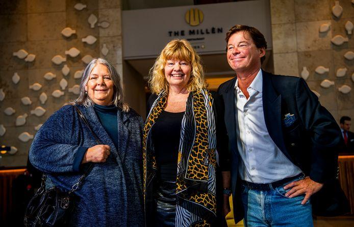 Acteurs van Pippi Langkous, Tommy en Annika krijgen in Rotterdam een cheque overhandigd van twee dames die een crowdfundingactie voor hen zijn begonnen.