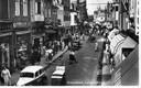 De binnenstad kreeg door de jaren heen veel verkeer te verwerken. Deze foto uit begin jaren 60 van de Langestraat laat dat goed zien.