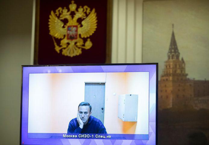 Navalny op een tv-scherm tijdens een livesessie in de rechtbank donderdag.