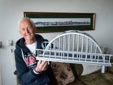 Chris (80) bouwde zijn eigen uitzicht: van een oud wasrek maakte hij de Waalbrug