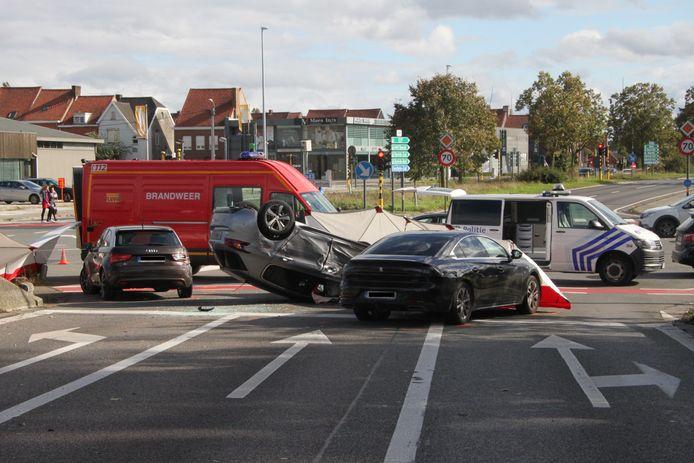 De Franse vluchtwagen knalde tegen twee andere voertuigen aan de verkeerslichten en ging over kop.