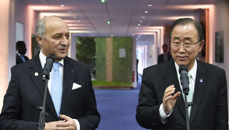 COP21-voorzitter Laurent Fabius (L) en VN-chef Ban Ki-moon praten vrijdag de pers bij over de vorderingen van de klimaatonderhandelingen. Beeld afp
