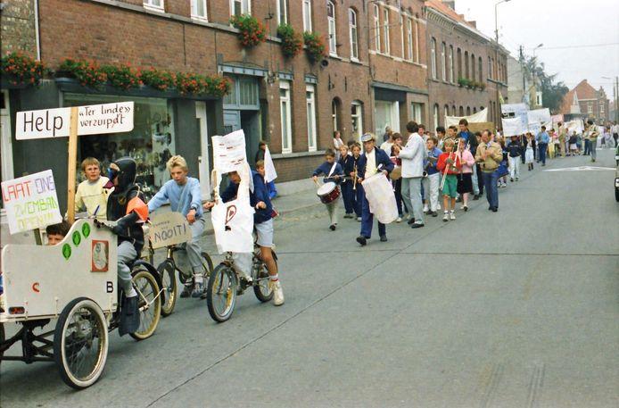 Wervik  Betoging van de Geluwse jeugd (september 1985) tegen de sluiting van het Geluwse zwembad. Foto: Johan Durnez.