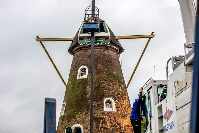 Restauratiewerkzaamheden aan de monumentale Korenmolen in Drunen in 2018.