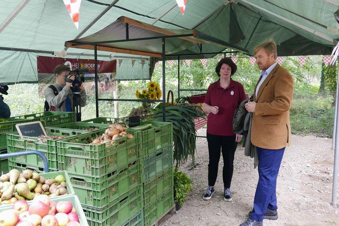 Yvonne Bax legt aan koning Willem-Alexander hoe de uitlevering van de groenten gaat op Herenboerderij Wilhelminapark in Boxtel. De koning bezocht de Boxtelse coöperatie in september, wat voor veel publiciteit zorgde