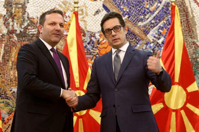 Noord-Macedonische president Steve Pendarovski (rechts) en minster van binnenlandse zaken Oliver Spasovski (links).  Beeld AP