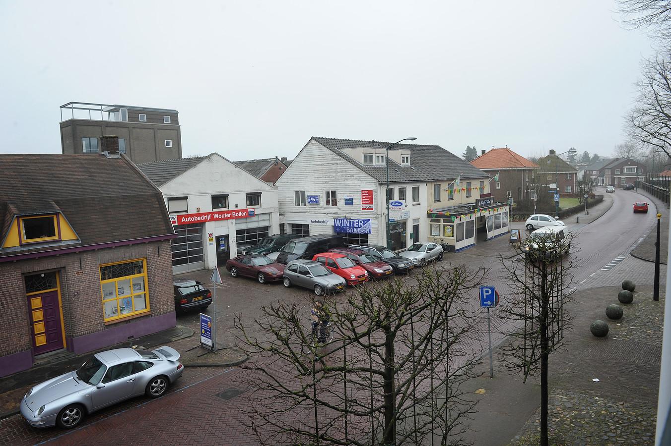 Deel van de Breestraat in Sint Anthonis. Links met gele kozijnen het pand van de Heemkundekring Sint Tunnis in Oelbroeck dat tegen de vlakte gaat.